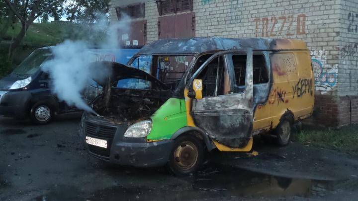 Пожарные успели потушить горящую ГАЗель на Химмаше до взрыва газовых баллонов