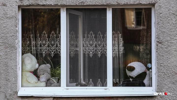 Трёхлетний мальчик выпал из окна шестого этажа на улице Тюленина