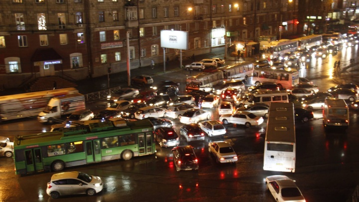 «Транспортный ад»: на площади Карла Маркса собралась хаотичная пробка
