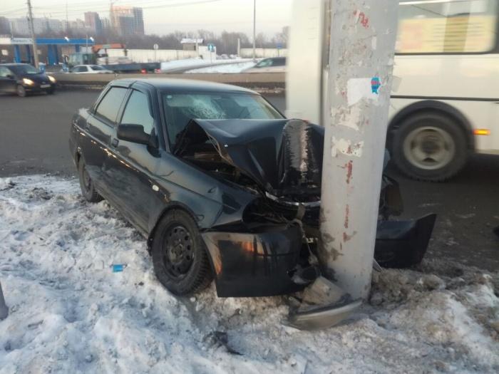 Водитель не справился с управлением и налетел на столб