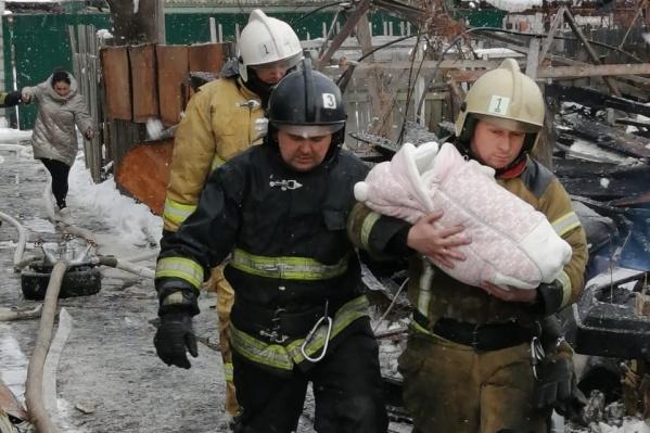 Эвакуироваться местным жителям помогали спецслужбы