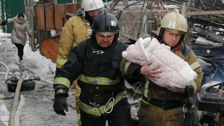 Из-за опасной находки в сгоревшем доме в Самаре на место происшествия вызвали полицию