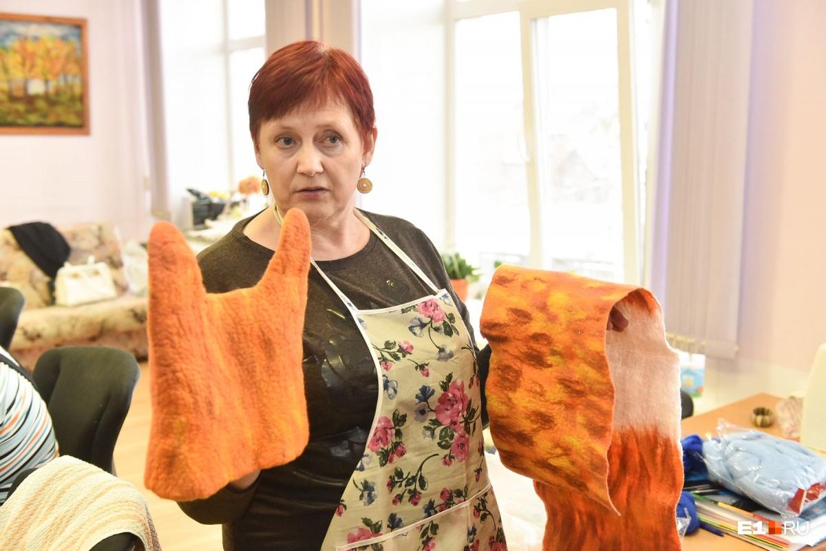 Вера Валентиновна показывает продукцию своей мастерской