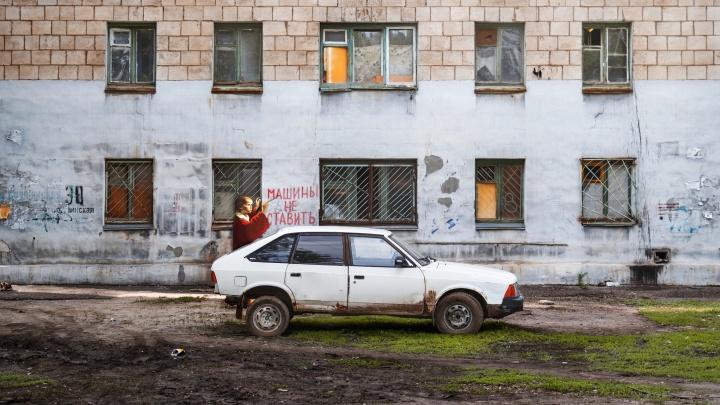 «Мы богаты не только военной историей»: фотограф поселила картины художников в закоулках Волгограда