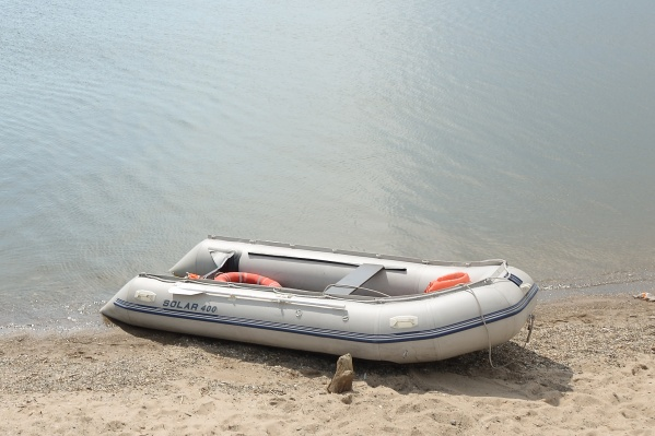 Спасатели вытащили рыбака из воды и доставили на берег