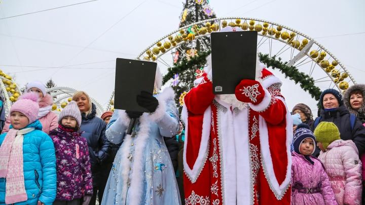 Хоровод в кедах, поздравления по бумажке и Бабы Морозы: в Уфе прошел парад новогодних волшебников