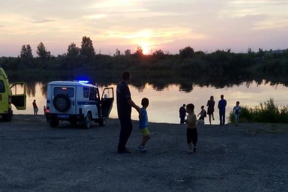 На место выезжали полицейские и врачи скорой помощи. Оперативно найти утонувшего в реке специалистам не удалось