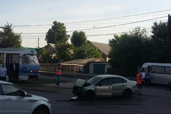 Иномарка перекрыла движение трамваям