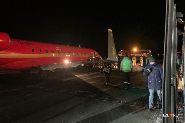 Самолет до сих пор не эвакуировали