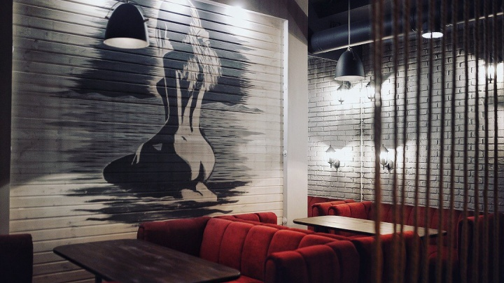 На Маркса открылся лаунж-бар с картинами в стиле ню и панорамным видом на новый сквер