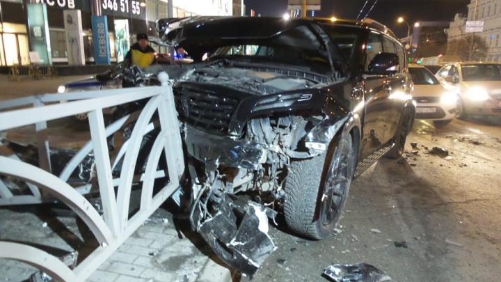 В центре Екатеринбурга Infinitiстолкнулась с BMW и снесла ограждение