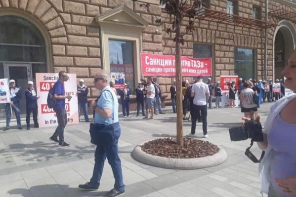 Десятки рабочих выстроились в шеренгу у американского посольства<br><br>