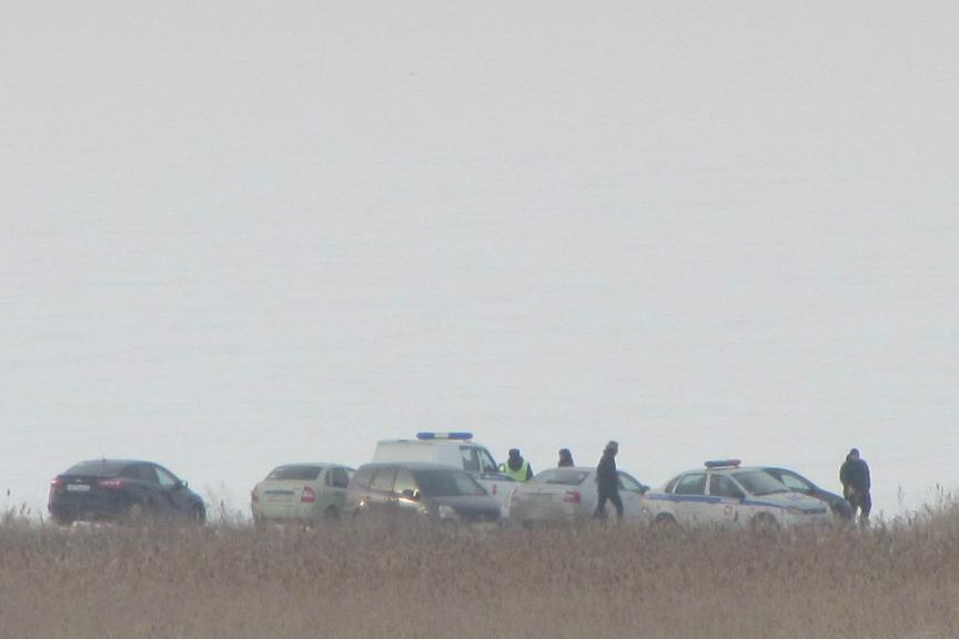 Около умершего на берегу озера мужчины найдено огнестрельное оружие