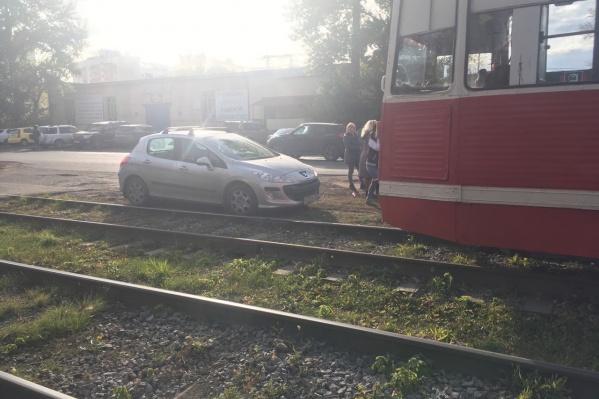 Машина оказалась совсем рядом с путями. Из-за этого предприятие «Электрический транспорт» потеряло суммарно почти пять часов рабочего времени