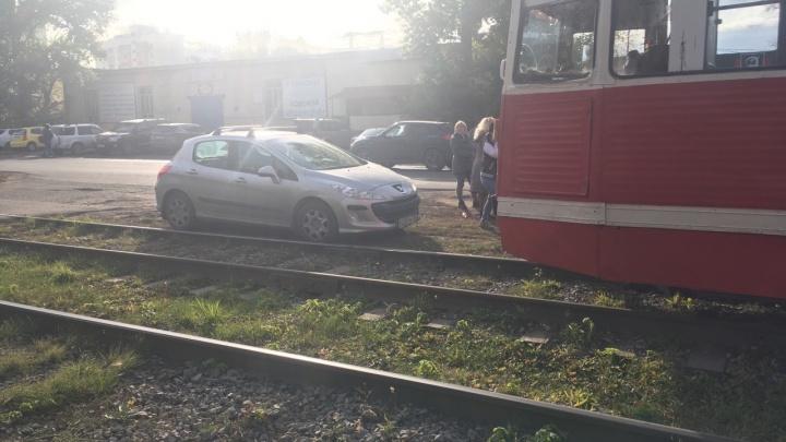 В Омске пять трамваев простояли больше часа из-за автомобилиста, припарковавшегося рядом с рельсами