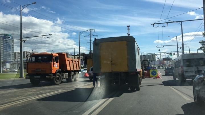 На три полосы: на Московском шоссе ограничат движение транспорта