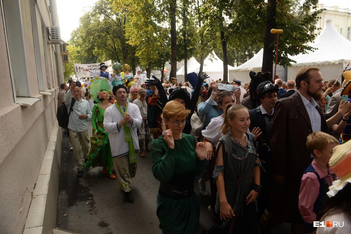 Около 250 артистов прошли до Октябрьской площади