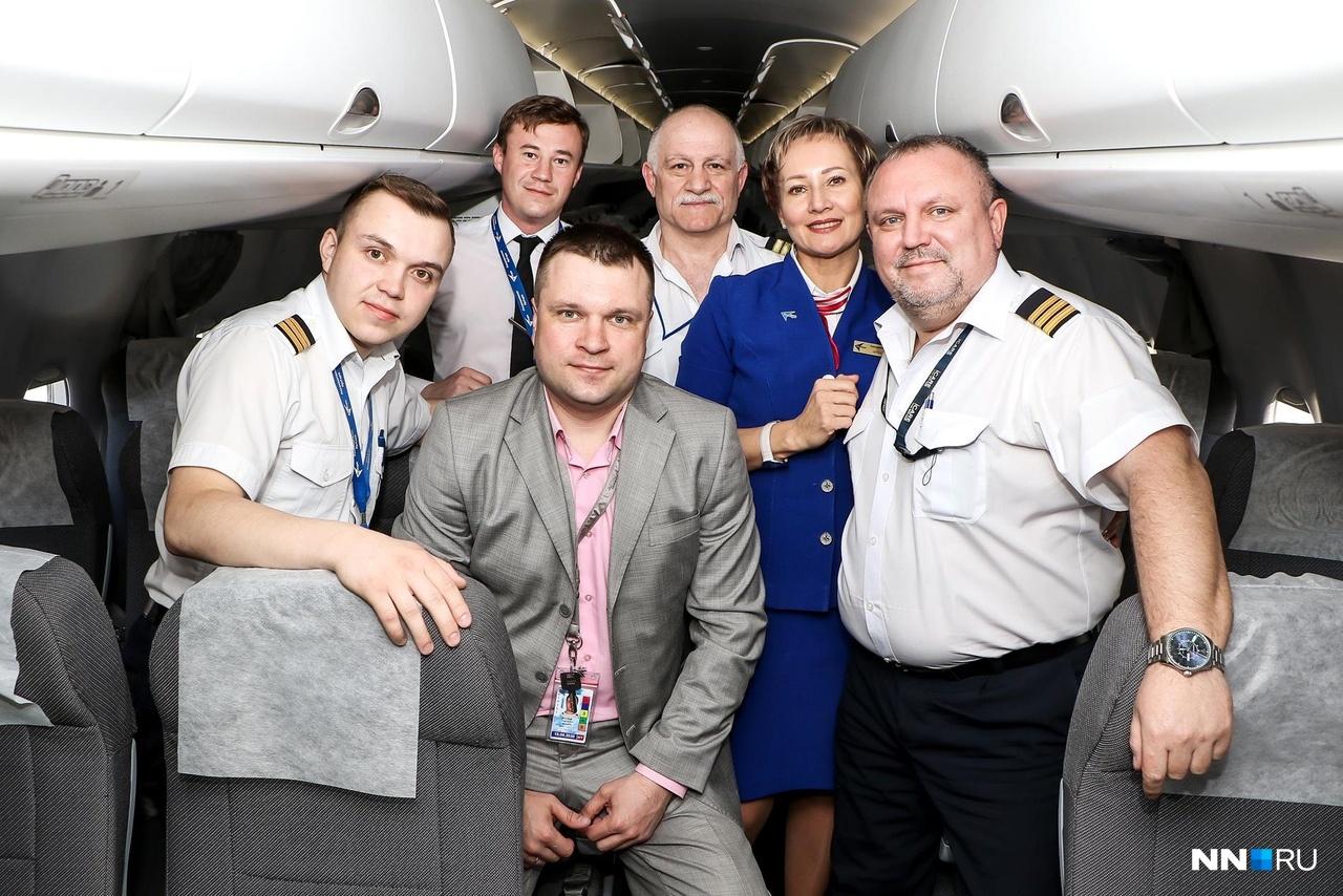 В Санкт-Петербург мы летели с усиленным экипажем. Мужчина в центре— командир, а по бокам — вторые пилоты