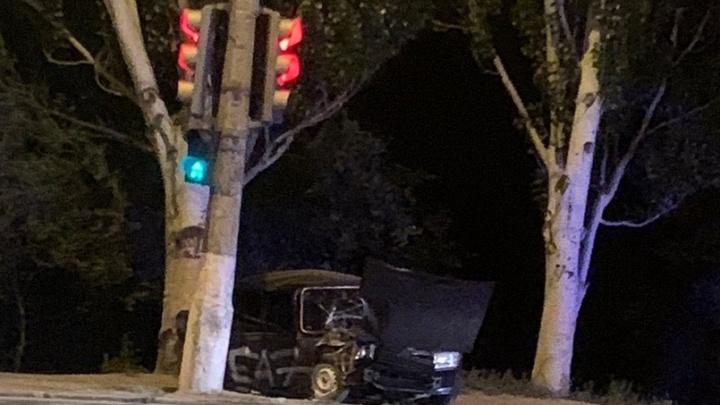 Водитель сбежал, бросив девчонку в машине: очевидцы рассказали о ДТП с влетевшей в столб «семеркой»