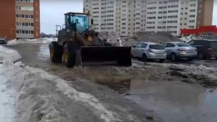 В Башкирии сняли на видео, как воду из лужи выгребают тракторами