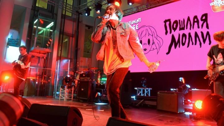 """Музыканты """"Пошлой Молли"""" в Екатеринбурге били ударную установку о сцену и кидали в толпу бутылками"""