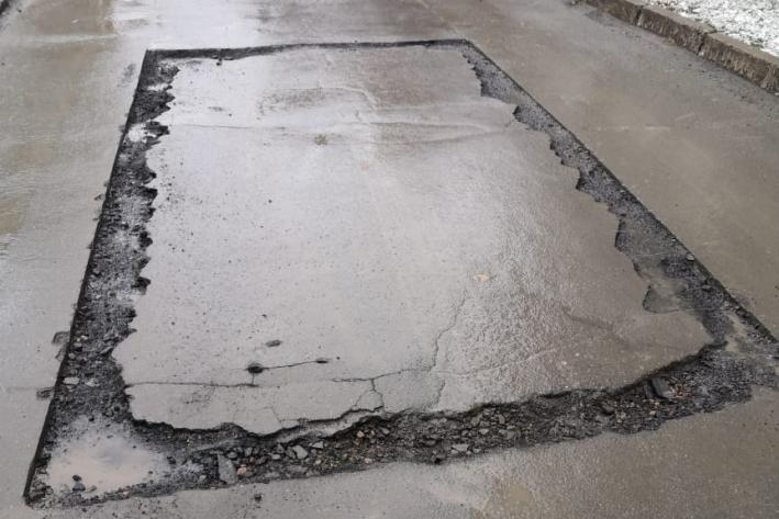 """Ямочный ремонт во дворе дома&nbsp;<nobr class=""""_"""">№ 2/2</nobr>&nbsp;на улице&nbsp;Серебренниковской закончился меньше месяца назад. Потом дорожники снова раскопали ямы, чтобы переделать работу"""