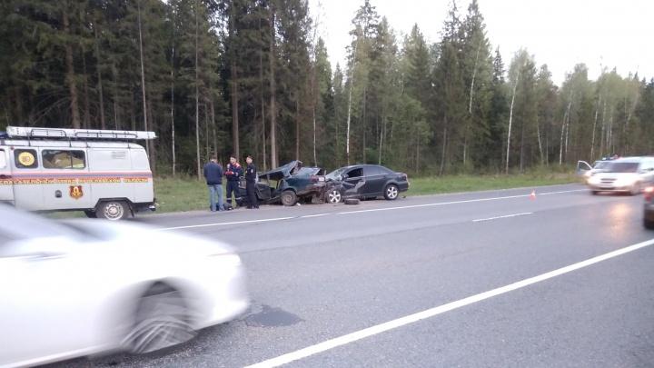 В лобовом столкновении на трассе в Ярославской области погибли четыре человека: первые подробности