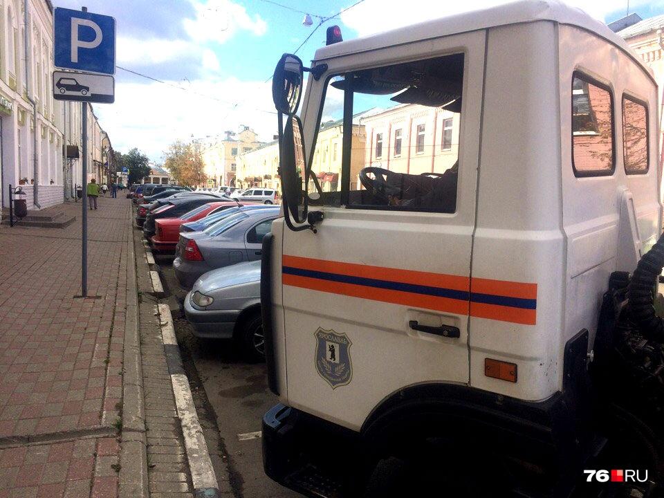 Днем в центре города сложно найти свободное парковочное место