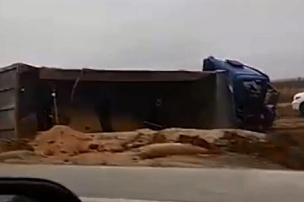 Фура с песком перевернулась