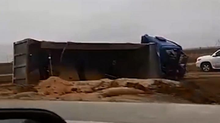 «Один на обочине — другой перевернулся»: в Волгограде появилось видео аварии двух большегрузов