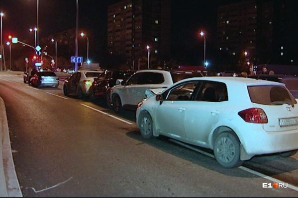Водитель белой Toyota протаранил четыре машины