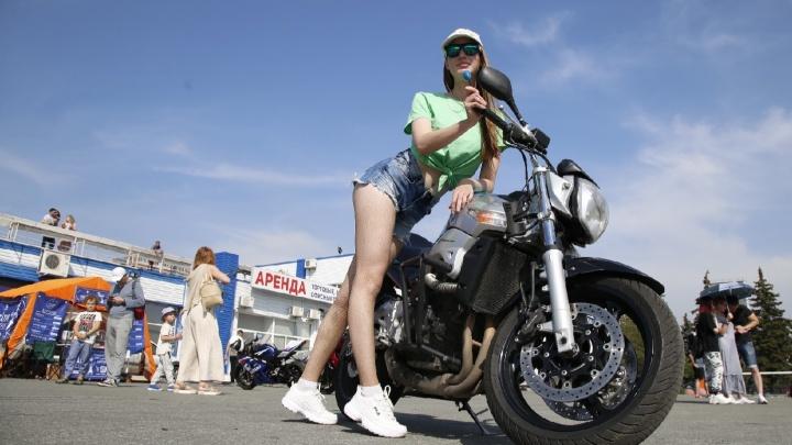 Родео, девочки и крутые развороты: мотоциклисты устроили заезды на скорость в центре Челябинска