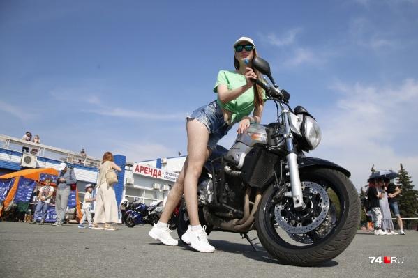 Крутые мотоциклы и красивые девочки рядом — классика жанра