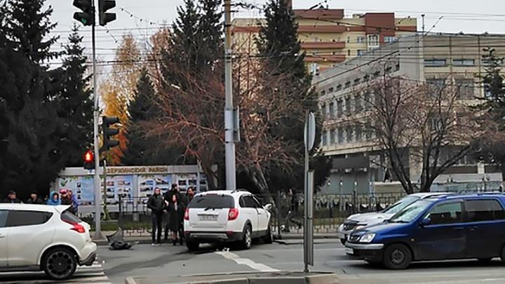 «Шевроле» вылетела на встречную полосу проспекта Дзержинского: трёх человек увезли в больницу