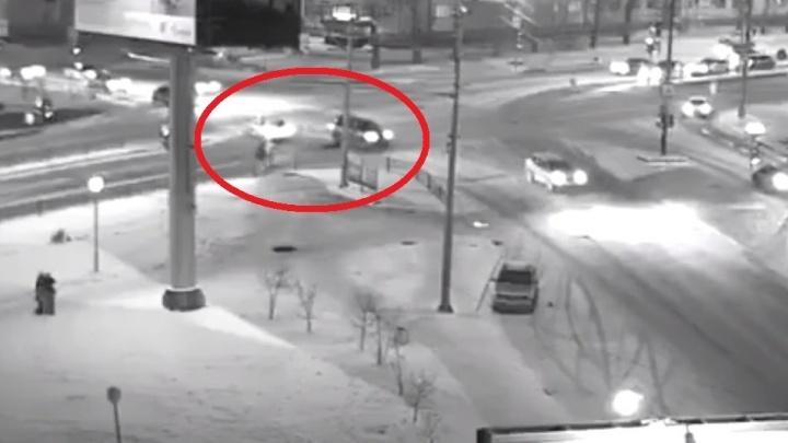 Полиция: гонщик, сбивший насмерть женщину на проспекте Космонавтов, ехал на красный свет