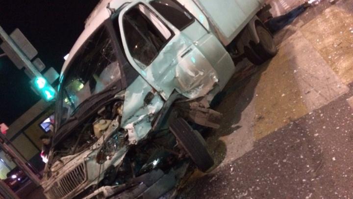 «Водитель лежал на голом асфальте»: на шоссе Авиаторов в Волгограде в час пик столкнулись грузовики