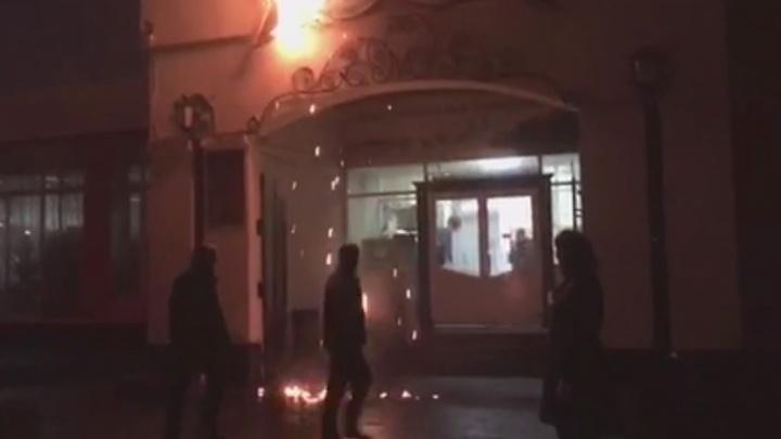 Пошёл огненный дождь: на ВИЗе сгорела вывеска продуктового магазина