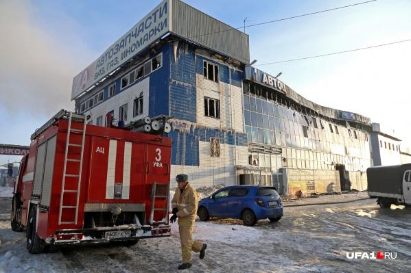 Огонь уничтожил 1500 квадратных метров строения