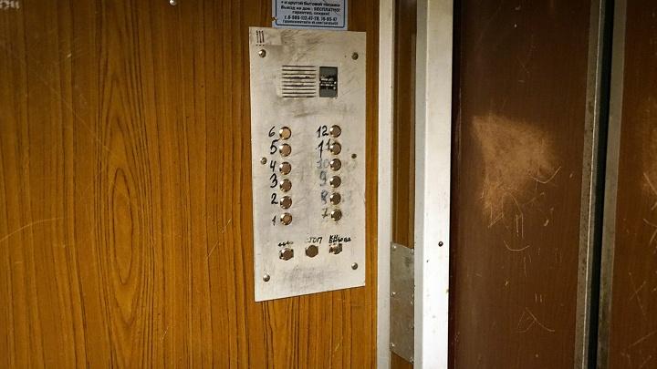 В 81-й омской многоэтажке заменят лифты. Публикуем полный список