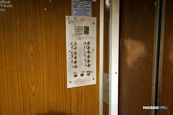 За три года в многоэтажках Омской области планируется заменить 822 лифта