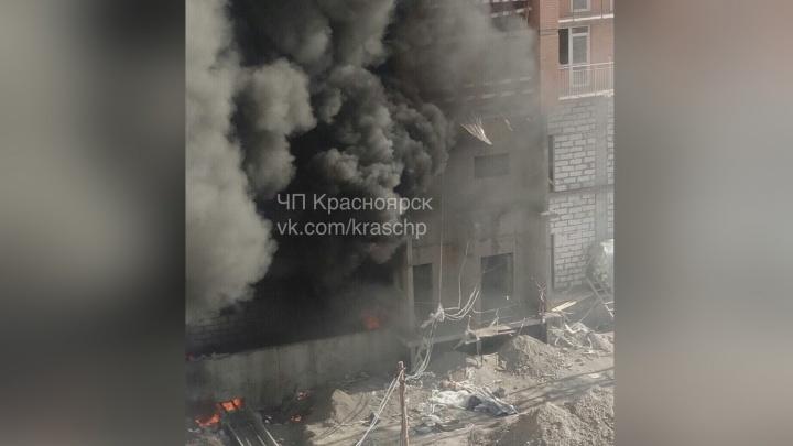 Очевидцы сообщили о взрывах на Судостроительной. Улица наполнилась черным дымом