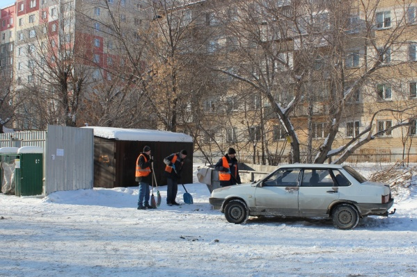 Пострадал старый ВАЗ-21099. Несмотря на возраст и состояние машины, нанесённые машине повреждения, возможно, позволят возбудить уголовное дело против самопровозглашённого «эвакуаторщика»