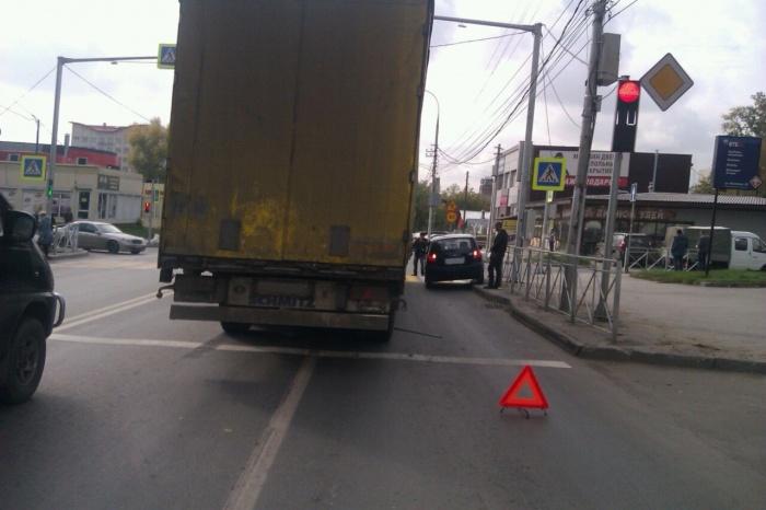 Длинная пробка на улице Никитина: фура загнала маленький «Хёндэ» на бордюр