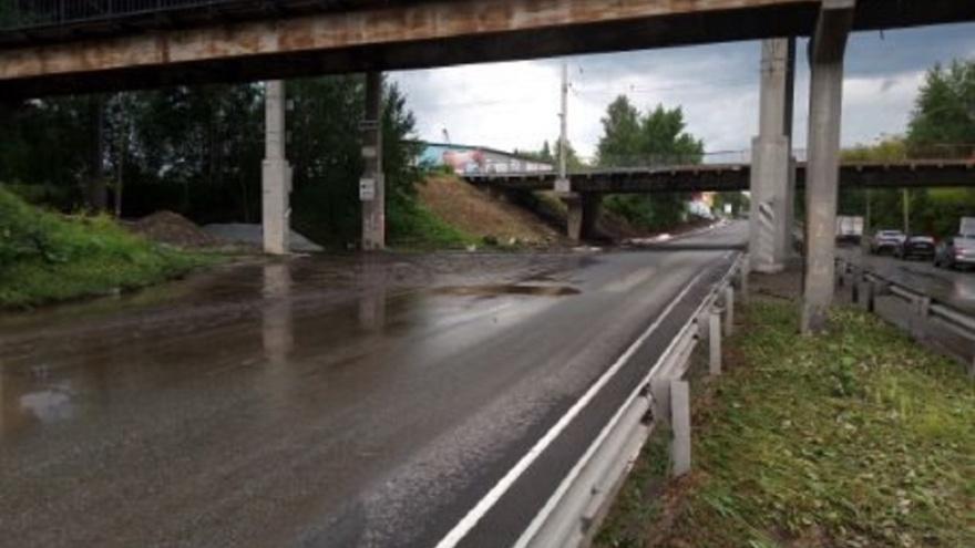 Коммунальщики устранили потоп на Шефской под мостом на Блюхера