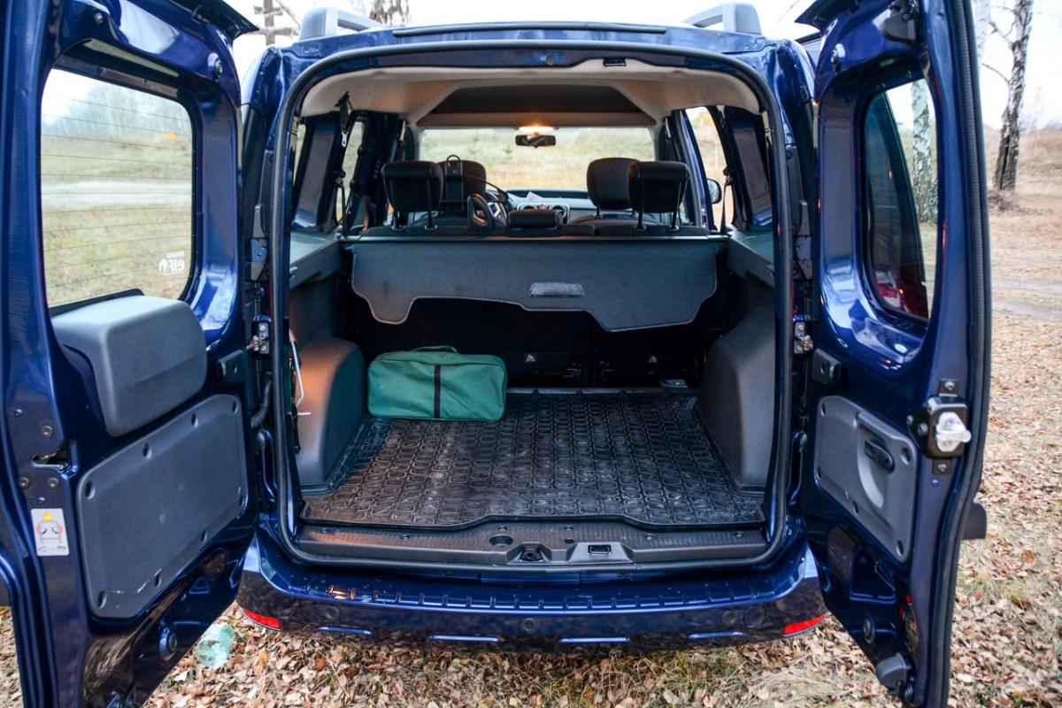 Багажник огромен: 800 литров по уровень стекол и три кубометра, если сложить задние сиденья и грузить под потолок