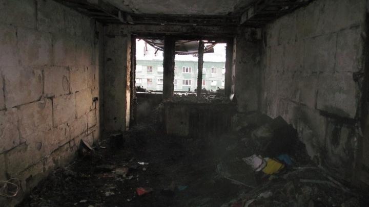 Мать успела вылезти в окно: ночью в Полевском двое детей погибли в загоревшейся квартире
