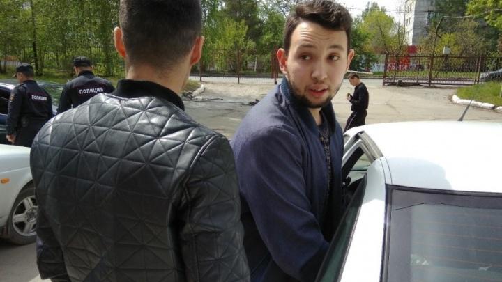 «Выломали дверь и обыскали»: координатора челябинского штаба Навального забрали в полицию