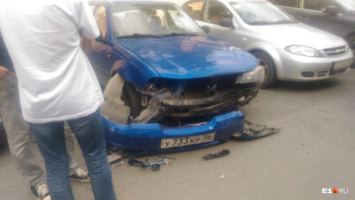 В аварии, по данным ГИБДД, пострадали три машины (не считая автомобиля виновника)