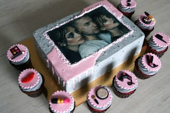 Торт для столичного визажиста с капкейками
