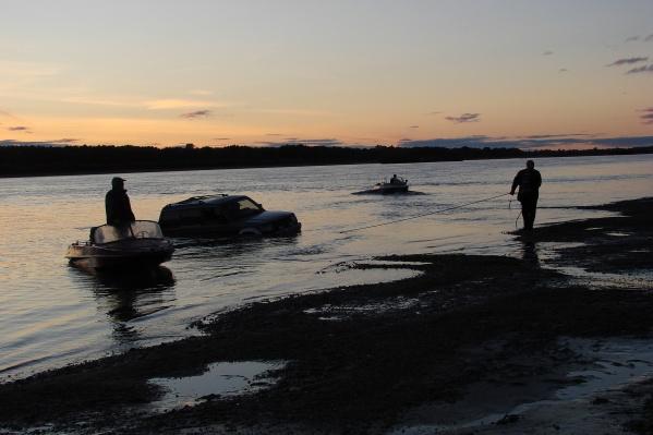 Машину утонула неподалеку от берега